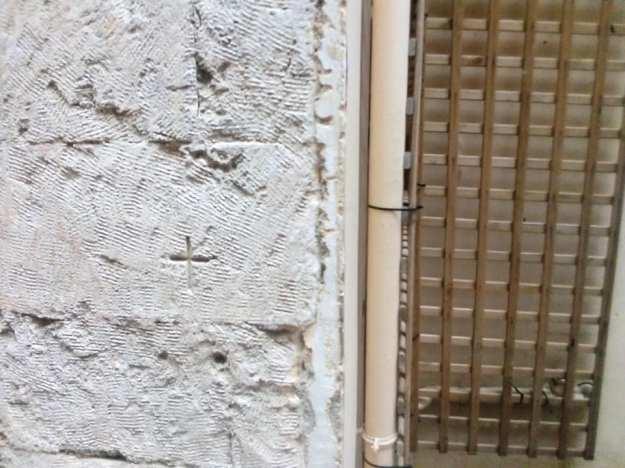 Σταυρός στην είσοδο 2